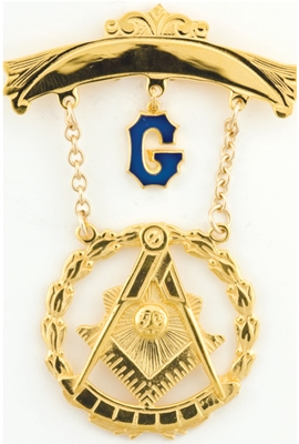 Past Master Swinger Jewel. 10K YG. One curved bar with hanging G with Square, Compass , Quadrant and Sun within wreath